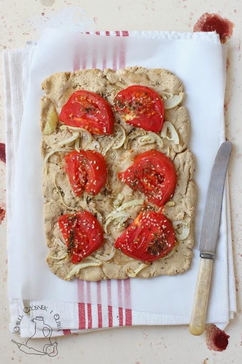 pizza z pomidorami i cebula