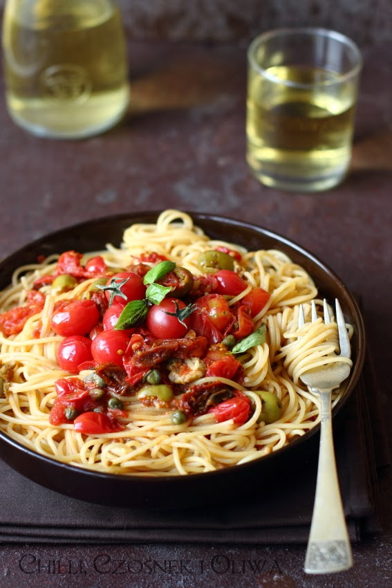 danie z makaronem z Malty z suszonymi pomidorami, oliwkami i kaparami