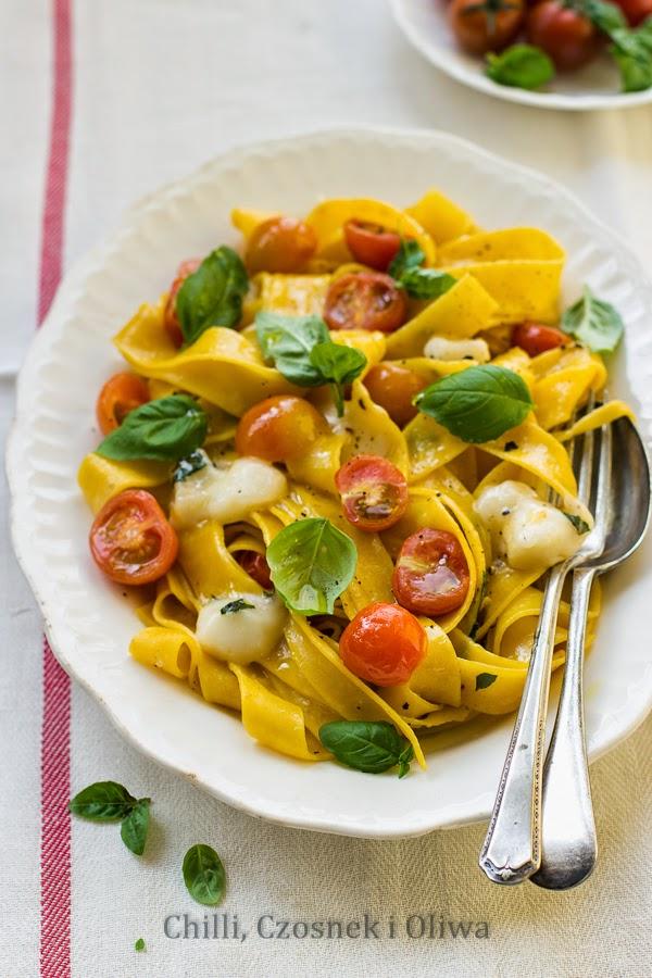 szybki makaron z kozim serem i pomidorami