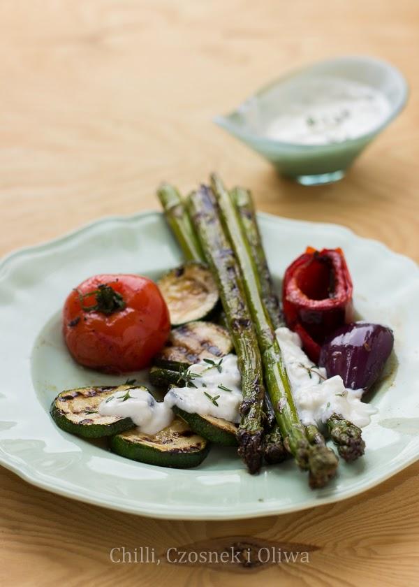 wegetarianski grill warzywa z dipem z koziego sera