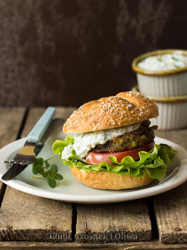 wegetariańskie burgery z bakłażanem i tzatziki