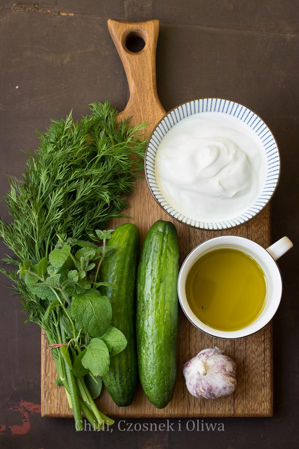 tzatziki do grecki sos na bazie jogurtu, ogórka i czosnku