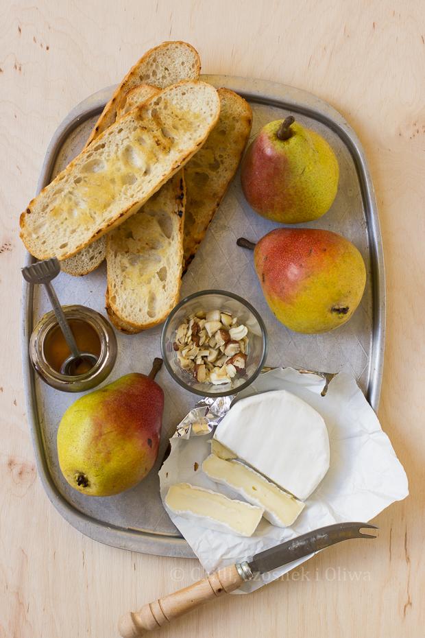 Grzanki z gruszką, camembertem i miodem
