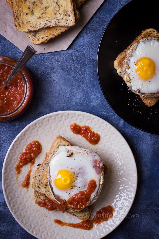 Jajko zapiekane z pieczarce z sosem pomidorowym