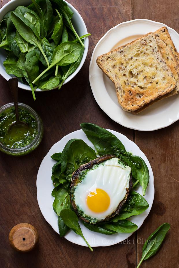 Jajko zapiekane w pieczarce na sałatce ze szpinaku