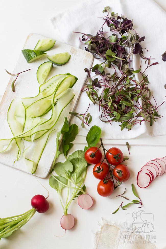 Wiosenna sałatka z kaszą jaglaną i sosem z czosnkiem i musztardą.