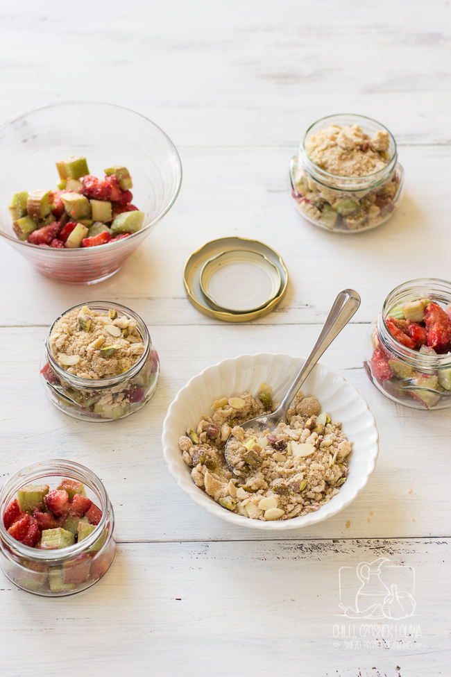 Crumble w słoiku z rabarbarem i truskawkami pod kruszoną to idealny deser na piknik.