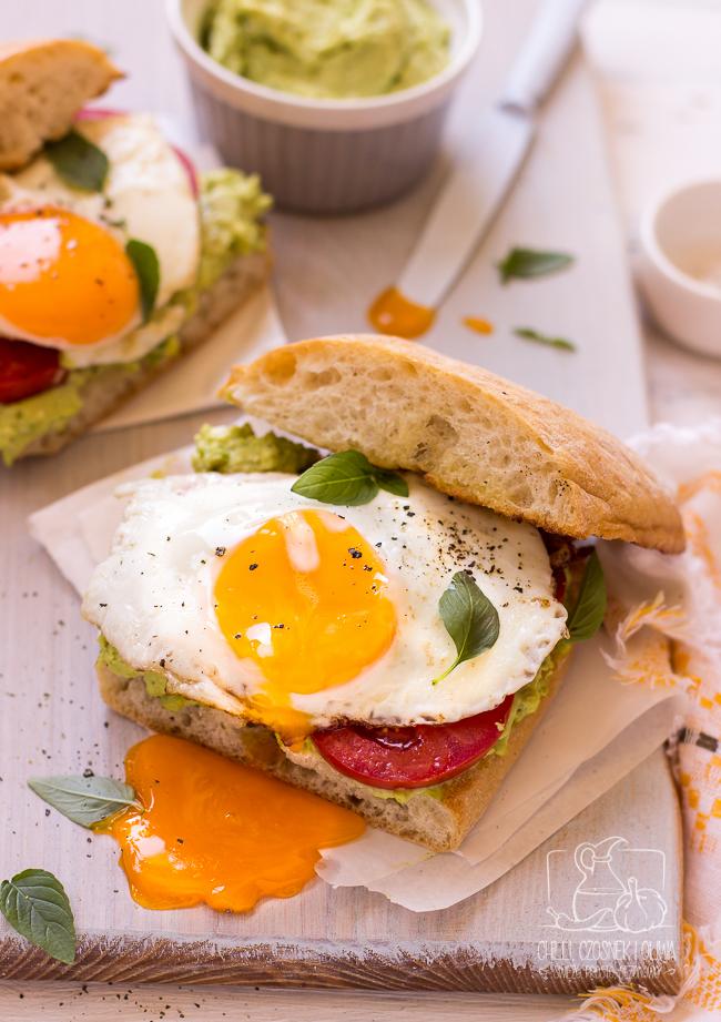 Kanapki z pastą z bobu, pomidorem i jajkiem sadzonym