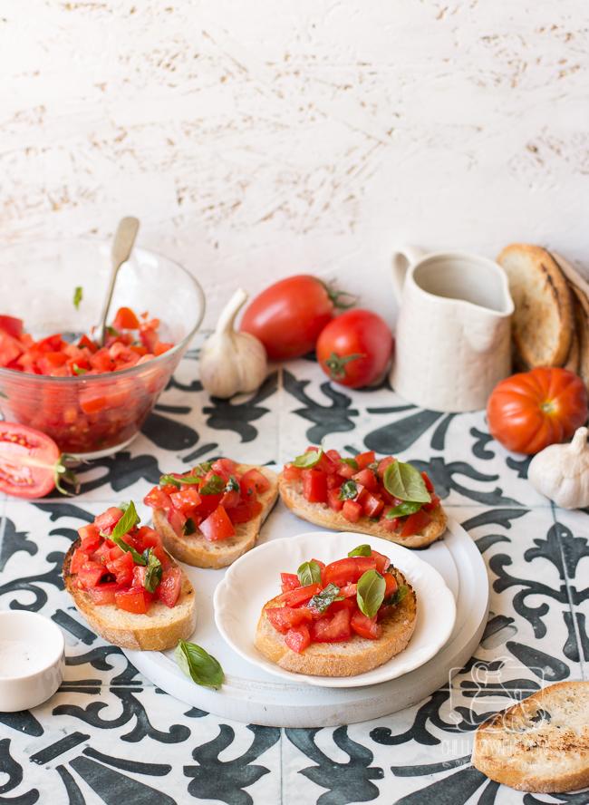 Jak zrobić bruschettę al pomodoro (grzankę z pomidorami)? Przepis - Chilli, Czosnek i Oliwa