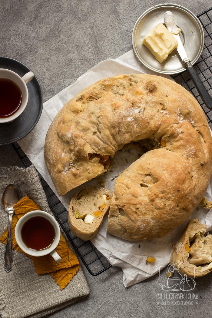 Chlebowy wieniec z dynią, fetą i oliwkami (pizza zawijana)