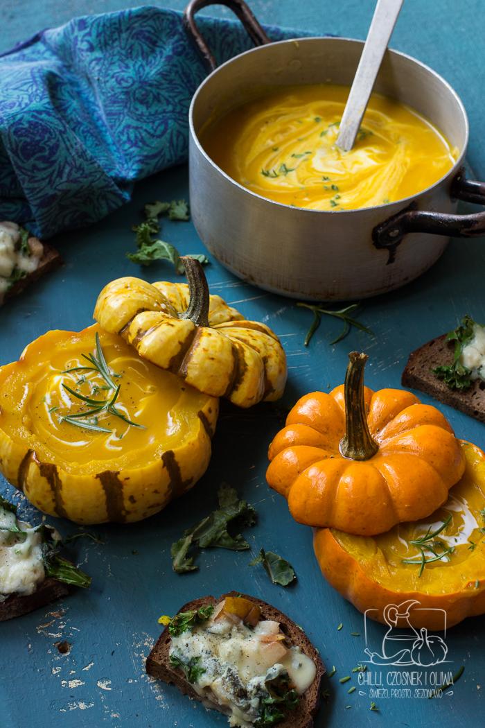 Prosta zupa dyniowa z grzankami z gruszką, jarmużem i gorgonzolą