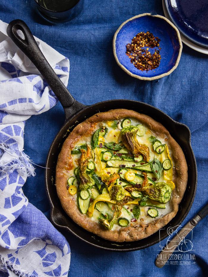 Szybka pizza z patelni z kwiatami cukinii i serem / Chilli, Czosnek i Oliwa