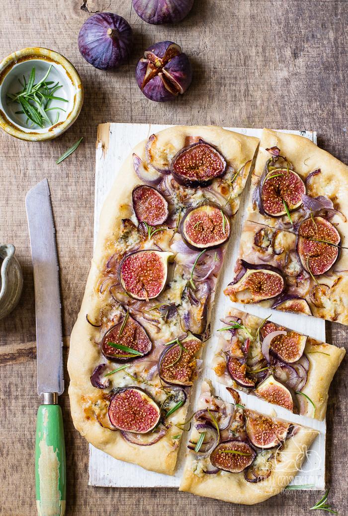 Focaccia z figami, czerwoną cebulą, gorgonzolą i rozmarynem / Chilli Czosnek i Oliwa