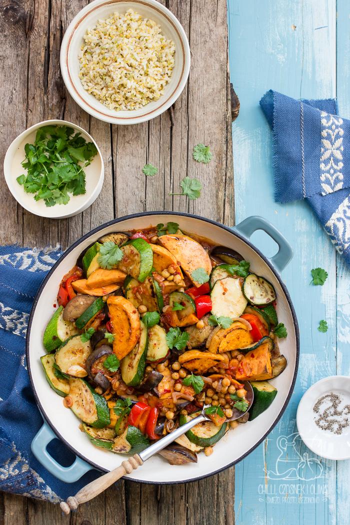 Marokański tadżin (tagine) z warzywami i ciecierzycą - wegetariański
