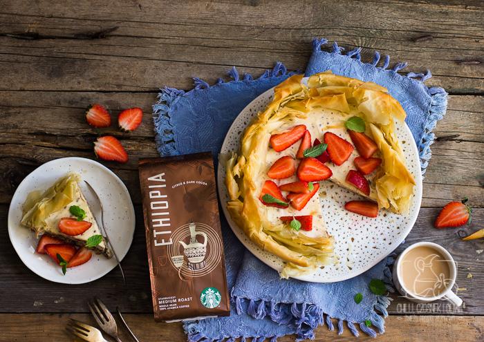 Sernik z ricottą i gorzką czekoladą w cieście filo podany z marynowanymi truskawkami