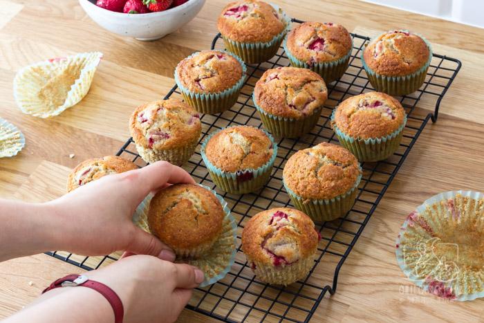 Muffinki migdałowe z truskawkami i lukrem truskawkowym