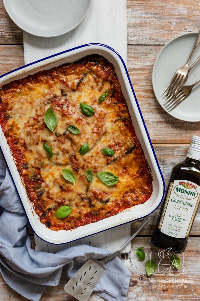 Włoska zapiekanka z bakłażanem i sosem pomidorowym - Parmigiana di melanzane. Przepis krok po kroku