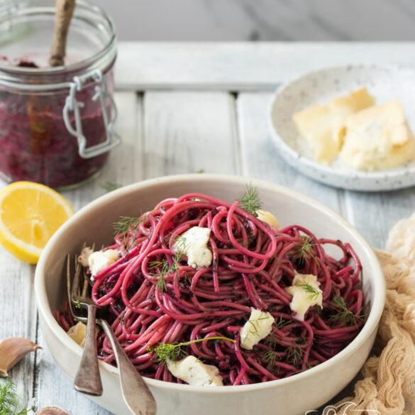 spaghetti z pesto z botwinki i gorgonzola